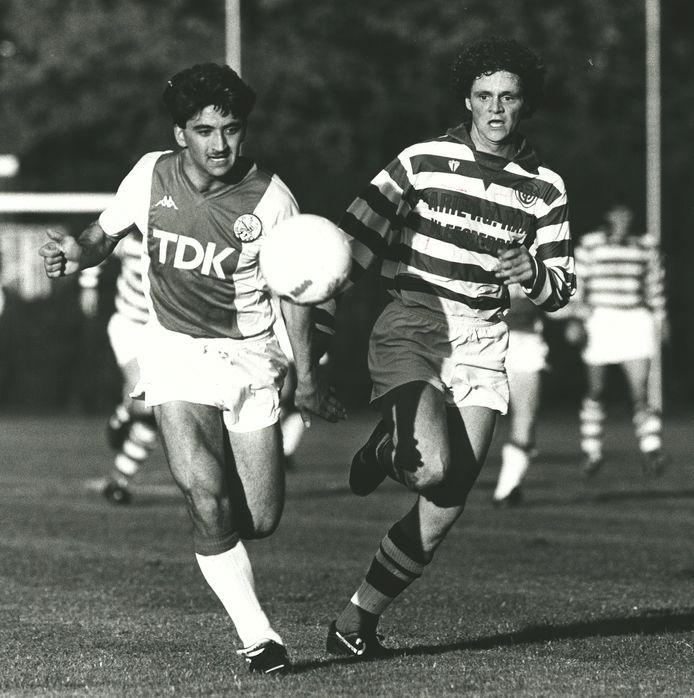 Mustafa Yücedag (links) namens Ajax in duel tegen Blauw Wit. De middenvelder gaf zijn profloopbaan een impuls bij PEC Zwolle (1986/1988)