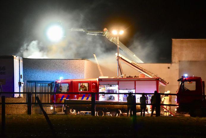 Het duurde even voor de brandweer het vuur onder controle had in het voormalig wellnesscomplex Facinante, langs de Molenstraat in Oostvleteren.