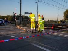 Tractor verliest aanhangwagen en vernielt anderhalve meter spoor aan overweg : treinverkeer Gent Lokeren over één spoor kracht en geen doorgaand verkeer tussen Lochristi en Beervelde