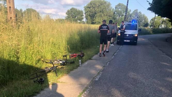 Twee wielertoeristen gewond nadat wagen hen raakt met zijspiegel