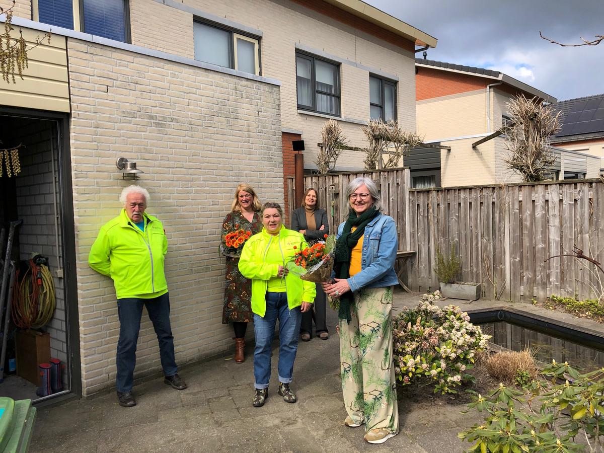 Anne-Marie van Orsouw krijgt bloemen van Barry van Brakel en Nicole Jorna van Stichting WensAmbulance. Op de achtergrond Sandra Rijnen (l) en Annemarie van Bergen van Uitgeverij Zezz.