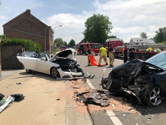 Beide bestuurders raakten gewond, als bij wonder verkeerde niemand in levensgevaar na de enorme klap.