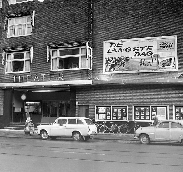 Het Victoria Theater aan de Bergweg in volle glorie. Mét topfilm De Langste Dag op de rol.