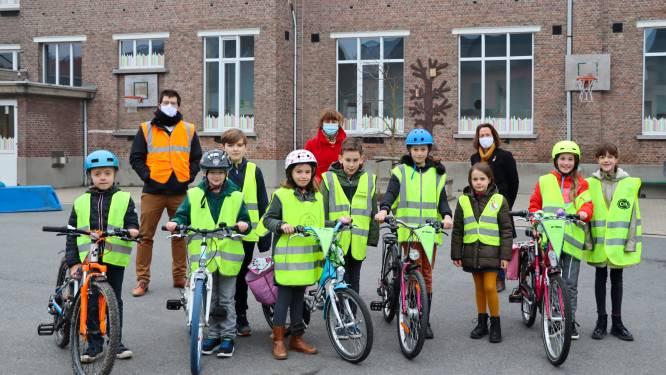 """Actie """"Helm op, fluo top"""" succesvol afgerond: bijna achthonderd leerlingen beter zichtbaar in verkeer"""