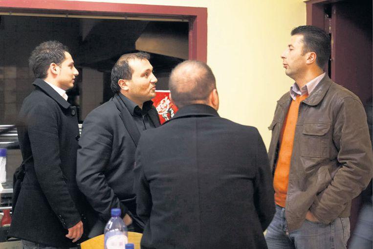 Sahin Gerdan overlegt met zijn bestuursleden Orhan Aslan (l) en Servet Yaras (r). Foto Marcel Israel/www.marisfo.nl Beeld