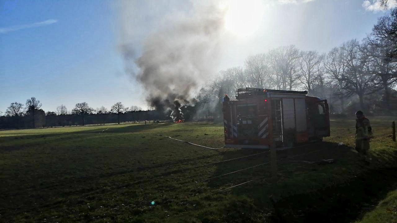 De in brand gevlogen tractor