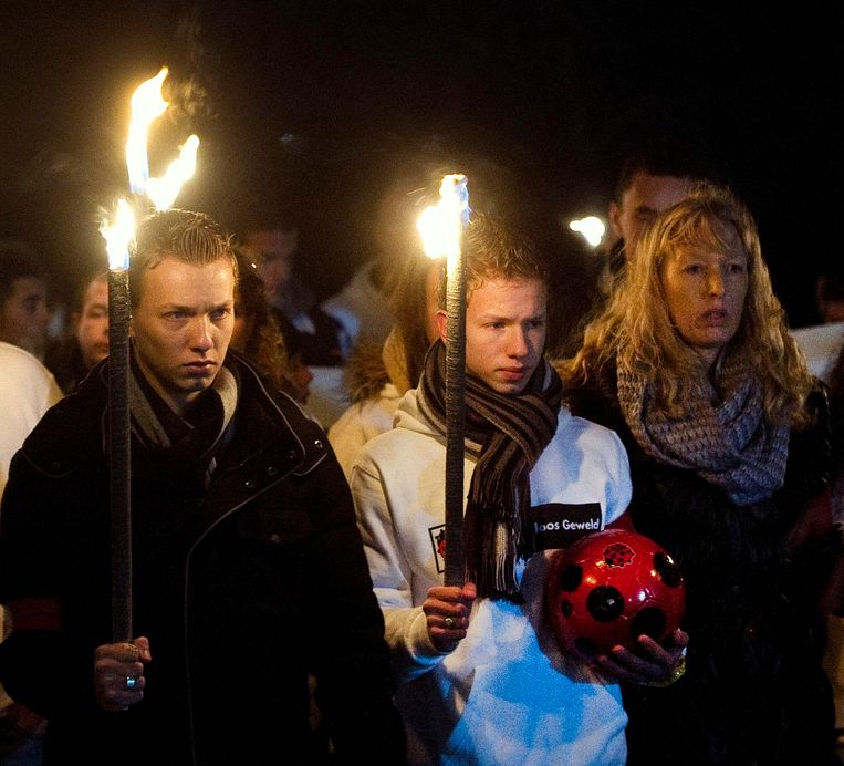 Richard Nieuwenhuizen's sons and wife (L-R) attend a silent march to commemorate the linesman in Almere December 9, 2012. Dutch clubs held a minute's silence and teams wore black arm bands before Saturday's professional soccer matches in memory of a linesman who died following an incident during a youth competition last weekend. Nieuwenhuizen, 41, was attacked while officiating for the Buitenboys team in an under-17 match in Almere last Sunday and died the following day. Four teenage Nieuw-Sloten Amsterdam players have been arrested. REUTERS/Toussaint Kluiters/United Photos (NETHERLANDS - Tags: SPORT SOCCER CRIME LAW) Beeld Reuters