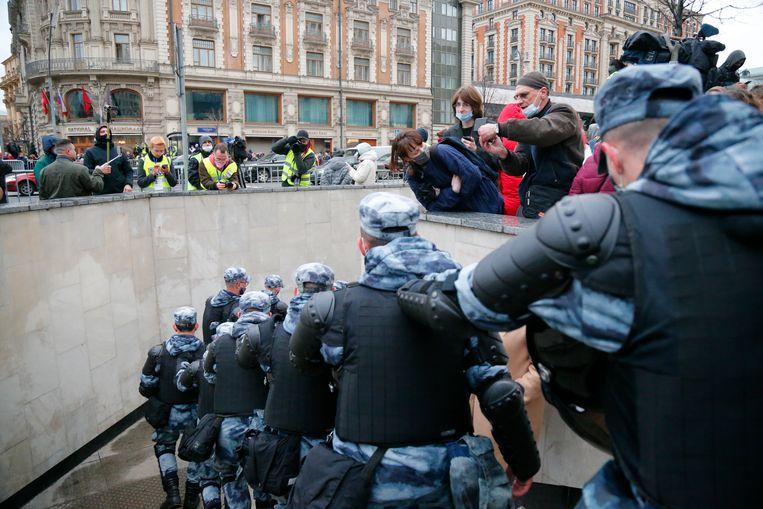 De oproerpolitie in Moskou tijdens een demonstratie voor Navalny. In heel Rusland werden bij verschillende demonstraties honderden mensen gearresteerd.  Beeld AP