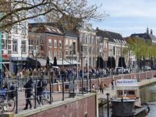 Feestvierende groep in Breda: Valkenbergpark ontruimd, politie deelt circa 200 bekeuringen uit