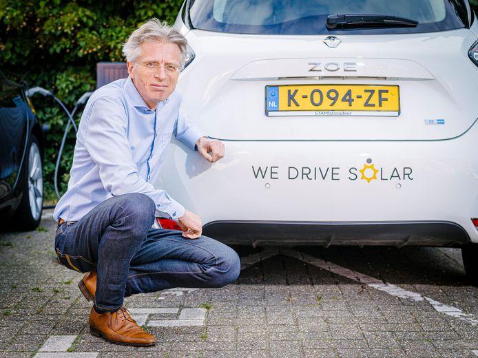 Robin Berg werkt samen met netbeheerder Stedin aan het opslaan van groene energie in de batterijpakketten van elektrische auto's en manieren om de auto's op te laden als er veel duurzame stroom wordt geproduceerd.