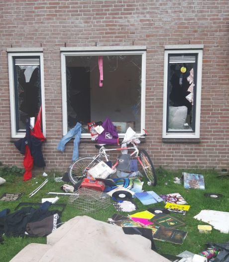 Verwarde man in Zwolle gooit ruiten in, smijt inboedel op straat en laat buurt radeloos achter: 'Wanneer stopt dit?!'