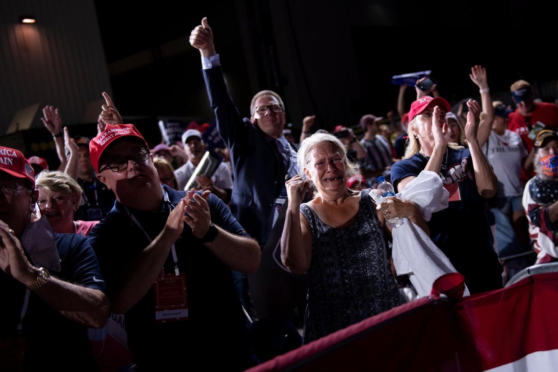 Donald Trump brengt zijn publiek in vervoering tijdens zijn campagnebijeenkomst in Jacksonville, Florida.
