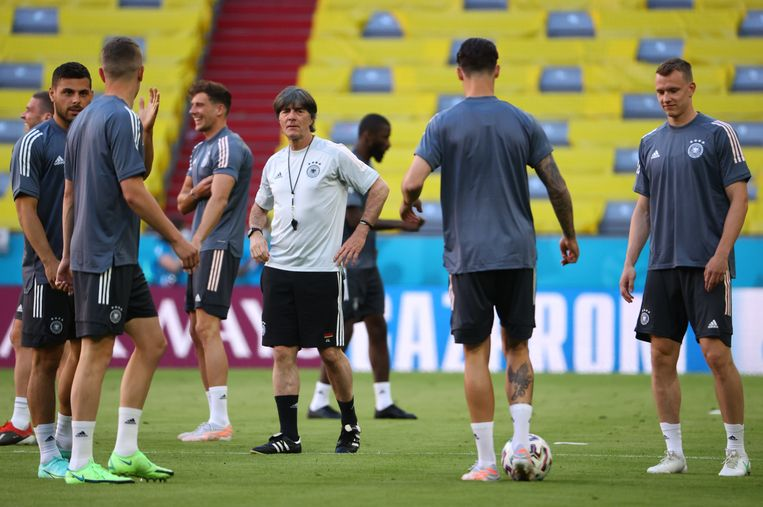 Het Duitse nationale elftal maandag tijdens een training in het stadion van Bayern München. Coach Joachim Löw (met fluitje om zijn nek) kijkt toe.  Beeld Reuters