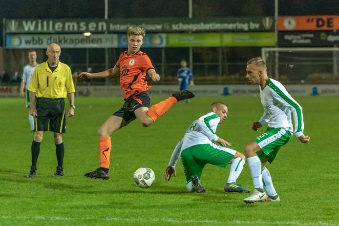 Cas Cornelissen van De Bataven ontwijkt sierlijk een tackle en ontsnapt aan De Paasberg-spelers Gregory Groenemeijer en Roan van Helvoort (rechts).