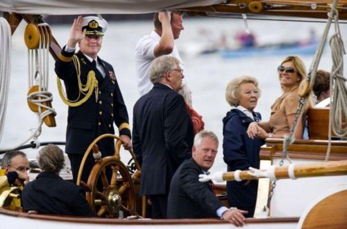 Prins Willem-Alexander, prinses Máxima en koningin Beatrix zwaaien zondag vanaf de Groene Draeck, het privéschip van koningin Beatrix, naar bezoekers van Sail 2010. ANP