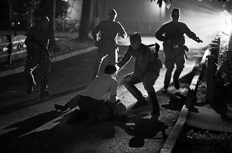 Het bloedbad in Dear Comrades!, gefilmd in zorgvuldig gecomponeerd zwart-wit. Beeld