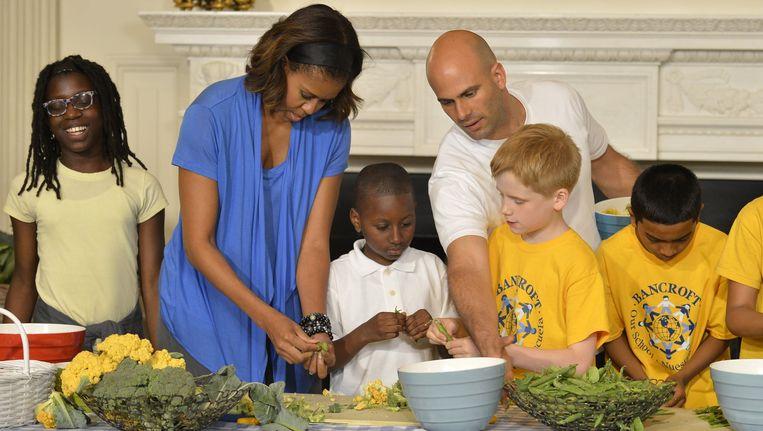 Kok Sam Kass (midden) werkte mee aan de campagne van Michelle Obama voor een gezondere voeding.