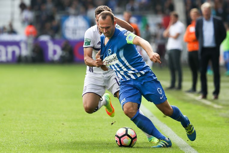 Anderlecht's Alexandru Chipciu and Genk's Thomas Buffel fight for the ball during the Jupiler Pro League match between KRC Genk and Sporting Anderlecht, in Genk, Sunday 18 September 2016, on the seventh day of the Belgian soccer championship. BELGA PHOTO VIRGINIE LEFOUR Beeld BELGA