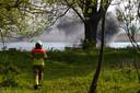 De brand op een afdrijvend bootje op de Afgedamde Maas.