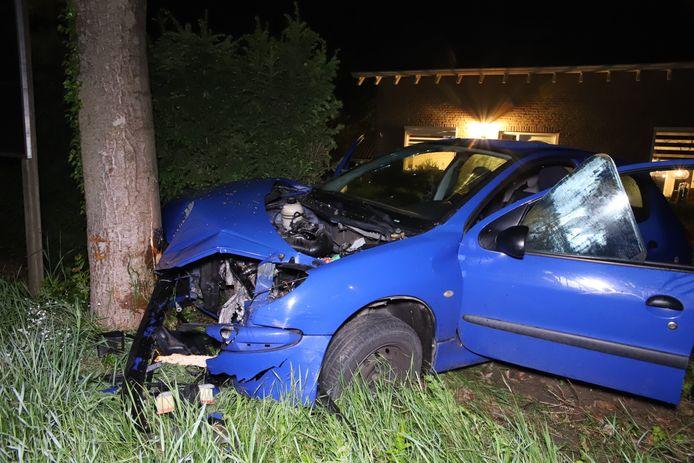 De auto reed de woning van een tuin in Geldermalsen in.