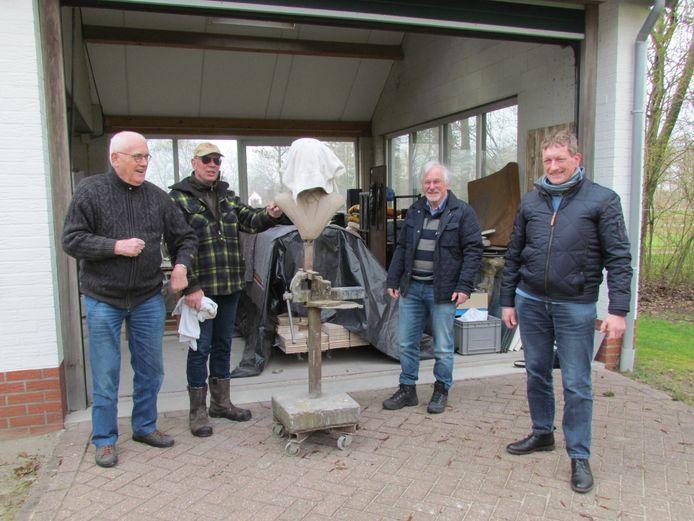 Mans Koster (links), Arend Heideman (tweede van rechts) en Dinant Rohaan (rechts) in het atelier van beeldhouwer Anton ter Braak (tweede van links). Als alles volgens plan verloopt, maakt de beeldend kunstenaar een borstbeeld van Willem Sluiter dat tegenover diens geboorteplek aan de Nieuwstraat in Neede komt te staan.