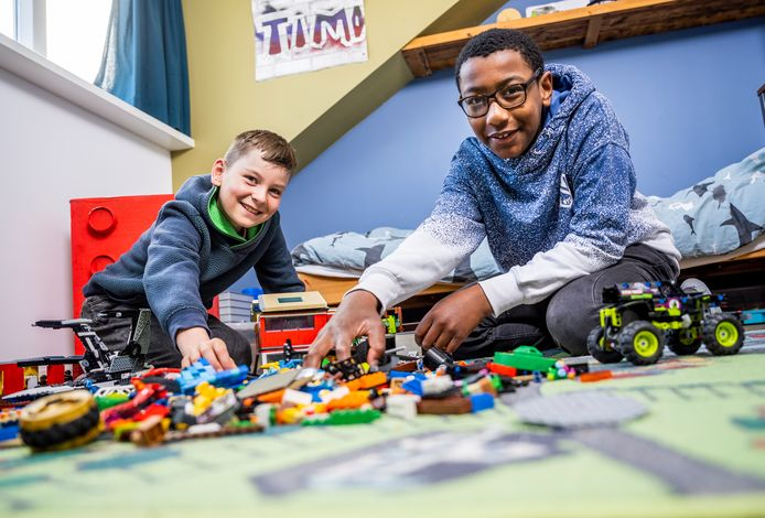De Rotterdamse boezemvrienden en klasgenoten Timo (links) en Jeremi (rechts) zijn zaterdag te zien in het televisieprogramma Lego Masters Kids.