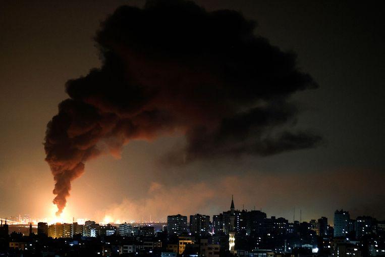 Vanuit Gaza is enorme rookontwikkeling te zien in de Israëlische stad Ashkelon, na een raketaanval door Hamas. Beeld AFP