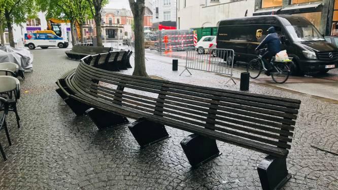 """24 meter lange zitbank op Vredeplein wordt hersteld: """"Hout vervangen door metaal"""""""