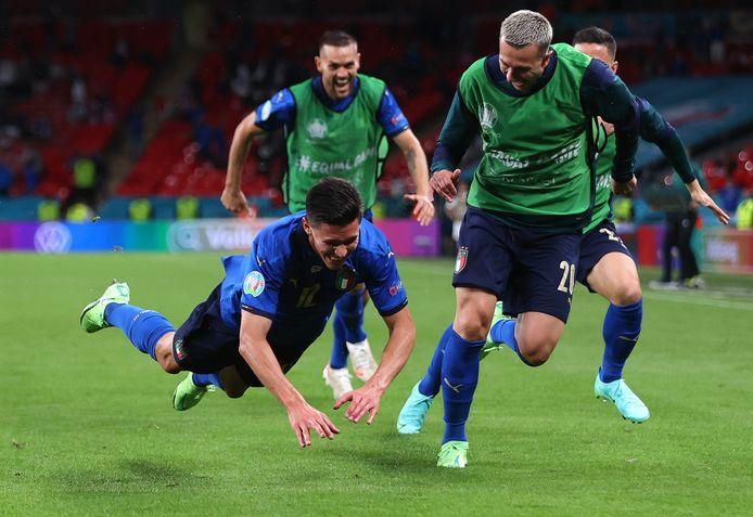 Matteo Pessina viert de 2-0 namens Italië.