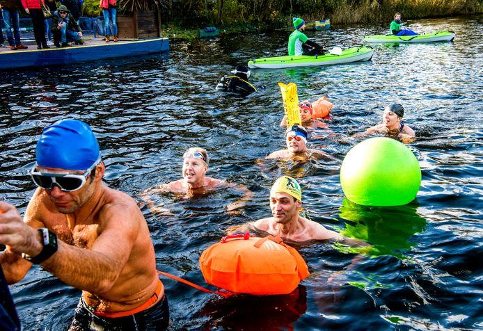 De watertemperatuur in het Zwarte Plasje is 6,9 graden. De deelnemers beamen dat dat koud (maar lekker) is.