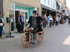 Historische fiets rijdt door Sluis én verbreekt mogelijk werelduurrecord
