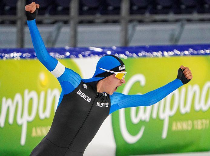 Noordenaar Beau Snellink juicht na de verbetering van zijn persoonlijk record op de vijf kilometer.