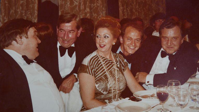 Elly Ducheyne aan tafel met topbridgers (links haar man René Ducheyne). Beeld
