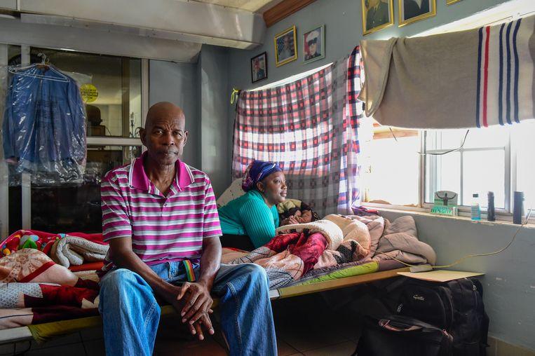 Oud-marinier Roman Sabal en zijn vriendin Charlene in het opvanghuis in Tijuana. Beeld Cynthia van Elk