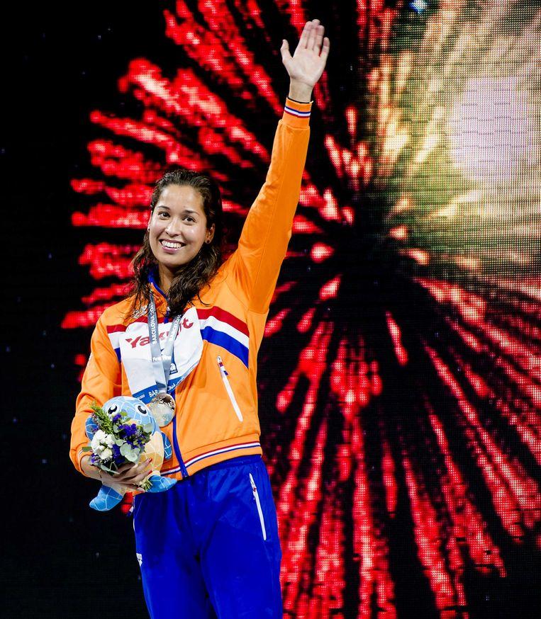 2013-08-04 BARCELONA - Ranomi Kromowidjojo met haar gouden medaille op de 50 meter vrije slag op het WK zwemmen in Barcelona. ANP ROBIN VAN LONKHUIJSEN Beeld ANP