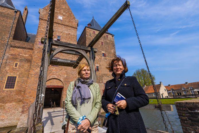 Anita de Bont (links) en Claudia Determan uit Houten bezoeken Slot Loevestein op de eerste dag van de proef Testen voor toegang.