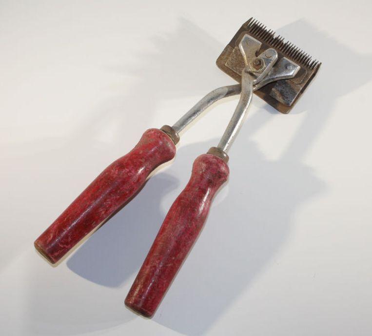 De op veilingsite Catawiki aangeboden tondeuse die volgens de verkoper in een concentratiekamp werd gebruikt. Beeld Catawiki