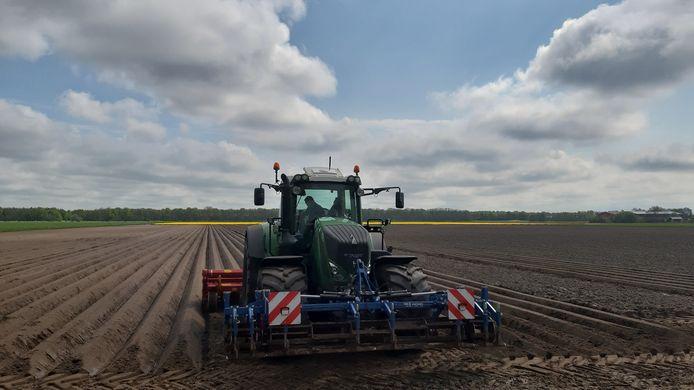 Een boer trekt 'ruggen' op het land om er een gewas zoals aardappels in te kunnen poten.
