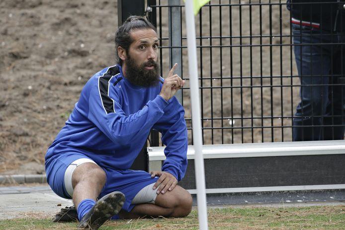 Ismail Çelen bezig aan een warming-up bij RVVH.