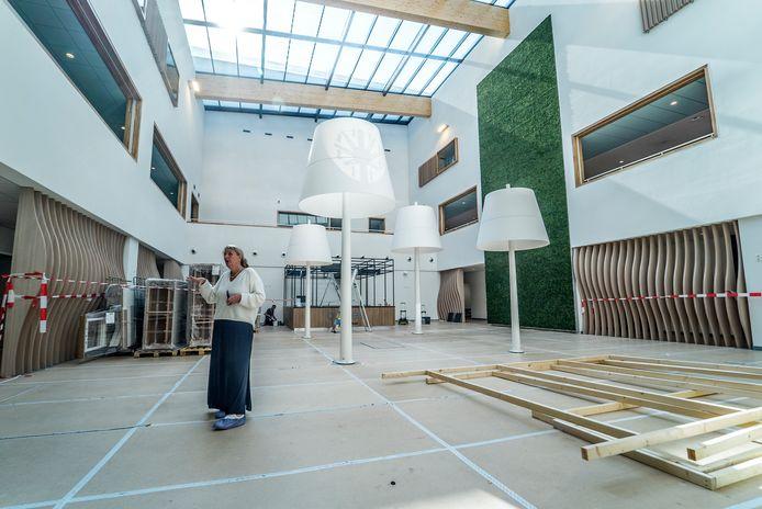 Patricia Jaeger in het atrium, de wachtruimte van de kliniek.