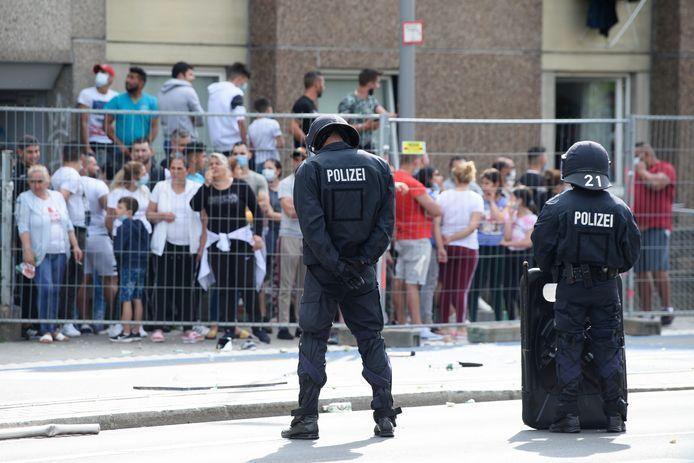 Politie-agenten omsingelden gisteren het flatgebouw in Göttingen.
