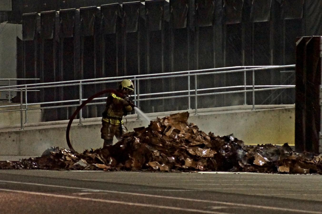 Perscontainer in brand bij bedrijf Pakketweg Waalwijk