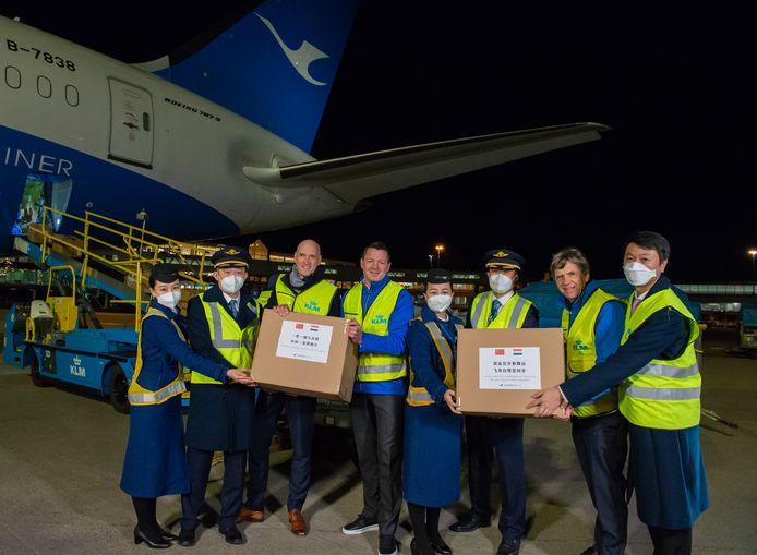 Topman Pieter Elbers neemt de dozen met mondkapjes en handschoenen in ontvangst.