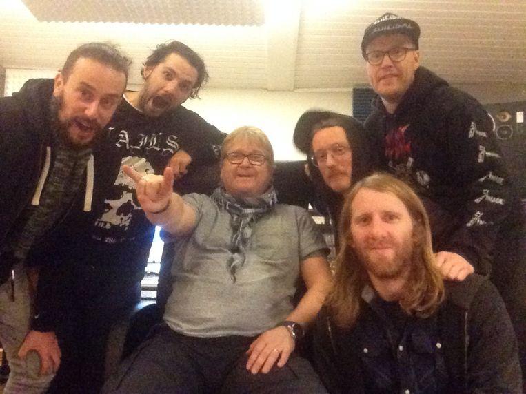 Toxic Shock uit Antwerpen is wat blij bij Flemming Rasmussen, de producer van Metallica. Beeld rv