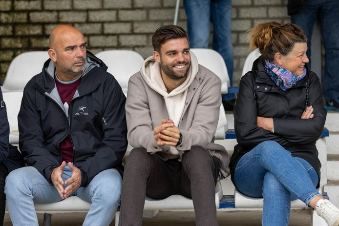 Robin Pröpper is toeschouwer bij de wedstrijd tussen RKHVV en Rohda Raalte. Zijn jongste broer Mike Pröpper speelt voor RKHVV.