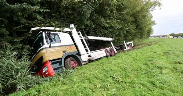 Ongeluk met vrachtwagen op A6 vermoedelijk doordat chauffeur onwel werd.