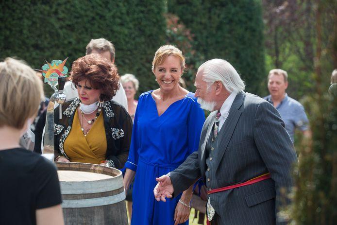 Op de set van de Kampioenen-film met personages  Carmen,Bieke en de burgemeester