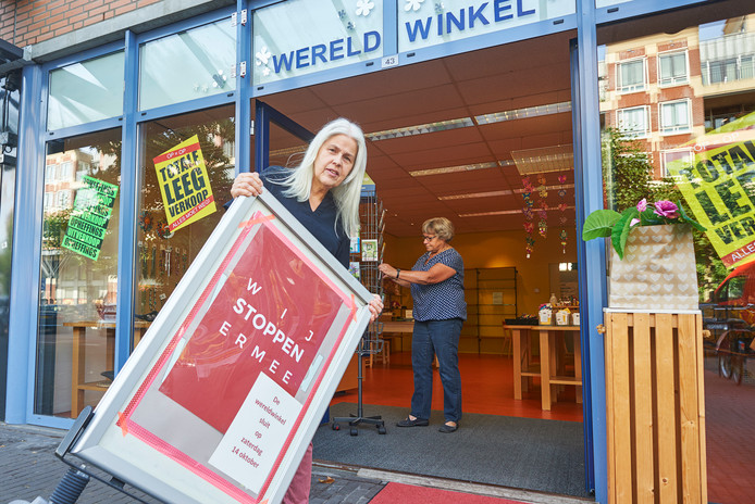 De wereldwinkel in Uden gaat sluiten. Links Maaike Blom, achter Els Thijssen. Fotograaf: Van Assendelft
