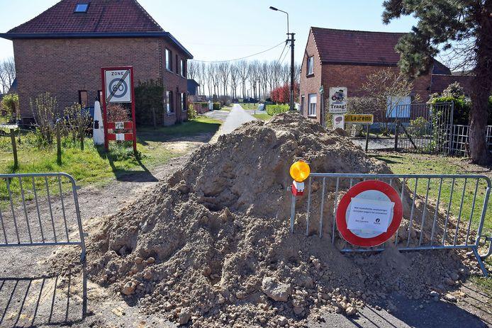 Grensafsluiting tussen Belgie en Nederland, de Vuilpanstraat bij Sint Laureins.