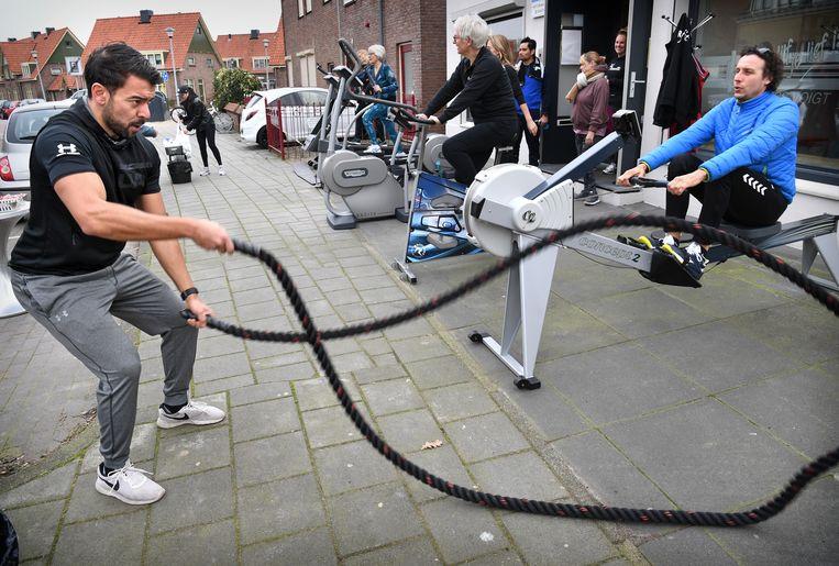 In Tiel voert een sportschool actie door buiten te gaan sporten. Beeld Marcel van den Bergh / de Volkskrant